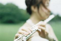 *flute (fangchun15) Tags: film girl japan zeiss tokyo nikon flute portra400nc fe2 葛西臨海公園 お元気ですか