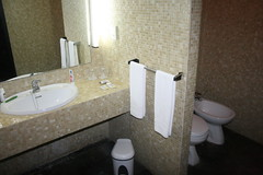 2011_Estoril_4164 (emzepe) Tags: portugal de bathroom hotel mirror sink sintra toilette towel atlantis wc bain bidet salle kirnduls badezimmer estoril tkr t 2011 portuglia sz szeptember bid frdszoba szlls szlloda trlkz mosd vc