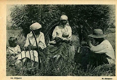 Peasants resting. Photo by Kazymyr Lishko, 1928.