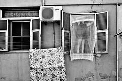 [Taranto Tamburi 2011] (Luca Napoli [lucanapoli.altervista.org]) Tags: polverisottili nx100 pianorialzato samsungnx100 tarantoquartieretamburi ilquartierepiinquinatodeuropa ilvabenzoapirenediossina fixingthecurtains tarantotamburi aggiustaletende nx100street