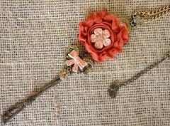 Colar Larissa (Cris Arts2010) Tags: colar colares colarcomflor colarartesanal colardefuxico