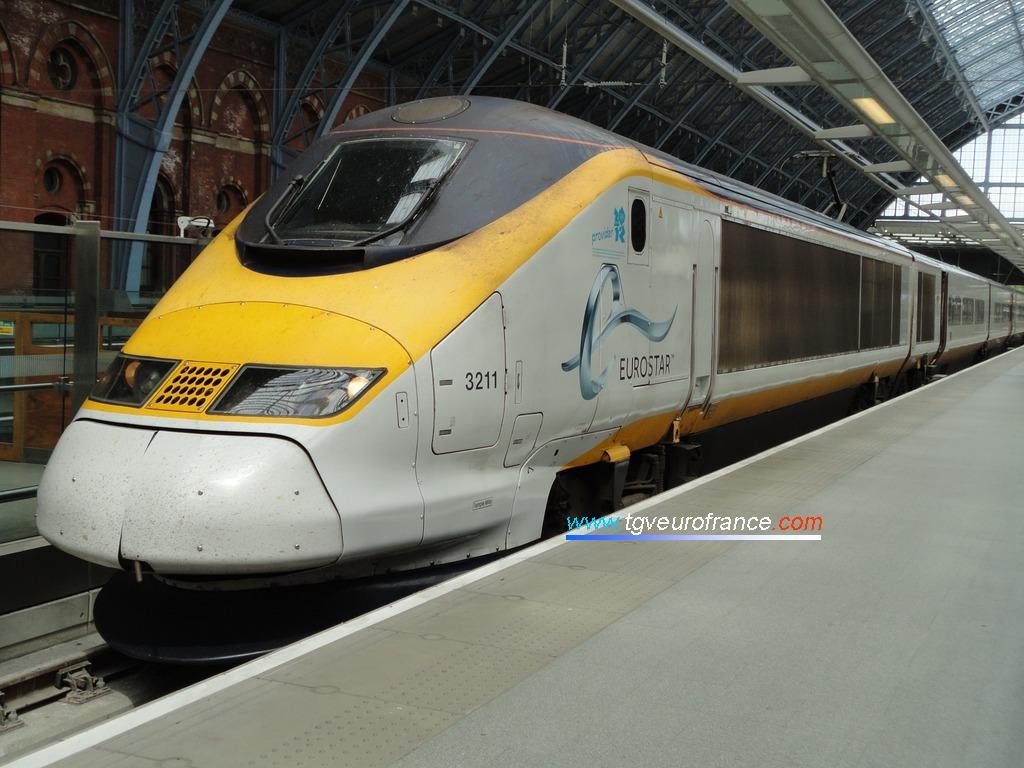 L'Eurostar 3211 SNCF arborant le nouveau logo Eurostar en gare de St Pancras International à Londres