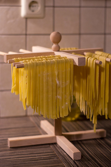 Seene-sibula pasta tegemine / The making of mushroom & onion pasta