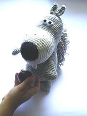 Schnell noch gefttert (Pfiffigste Fotos) Tags: animal crochet amigurumi crocheted tier eichhrnchen crocheting hkeln gehkelt hkelanleitung gehkeltes grauhrchen
