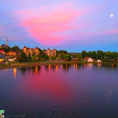 Crpuscule au lac Memphrmagog (Lara-queen) Tags: light sunset summer moon lake canada color reflection nature water clouds lune eau quebec magog lumire lac september reflet t nuages crpuscule septembre couleur 2011 quynhvu saariysqualitypictures laraqueen canonpowershotsx30is