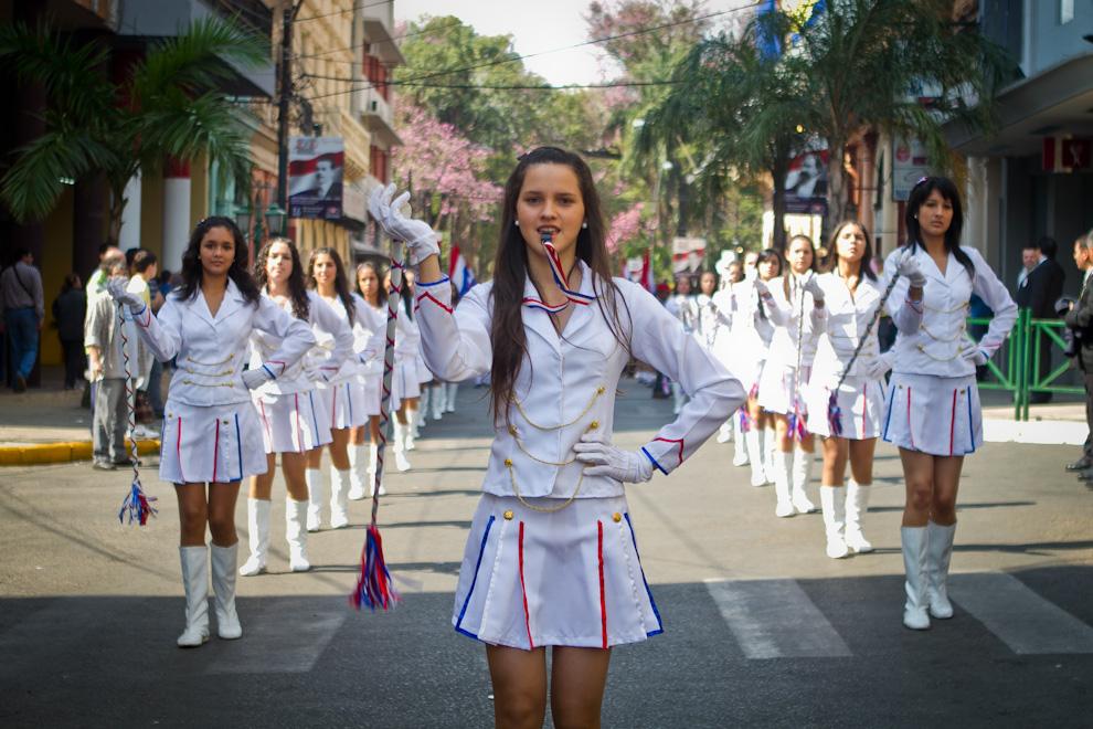 Chiroleras de distintos colegios engalanaban el desfile realizado el lunes en conmemoración de la Fundación de Asunción. (Tetsu Espósito)