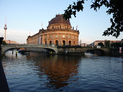 El Bode Museum y la Fernsehturm (dietadeporte) Tags: city trip travel blue vacation sky holiday building water azul museum architecture clouds ro river germany deutschland vacances travels agua holidays europa europe nuvole museu fiume edificio eu muse unesco cielo nubes architektur alemania bode altesmuseum blau nuages architects spree azzurro allemagne strom architettura berlim germania alemanha worldheritage fleuve televisiontower museumsinsel bodemuseum berlino fernsehturn berln altenationalgalerie neuesmuseum welterbe 2011 patrimoniodelahumanidad isladelosmuseos museobode torredelatelevisin museoantiguo patrimoinemondialdelhumanit galeranacionalantigua museonu