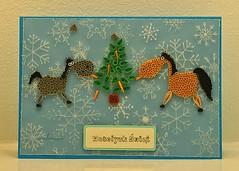 Забавная новогодняя квиллинг-открытка: 2 лошадки едят морковки с елки