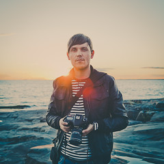 Sami (Jussi Hellsten Photography) Tags: autumn sunset sea portrait people sun nature backlight canon finland outside media rocks availablelight 5d ze zomg markii porkkala porkkalanniemi distagont235 5d2 jussihellsten zomgmedia