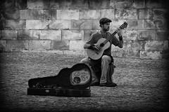 Avignon_Gitarrenspieler (schonko1) Tags: white black blackwhite musiker sw monochrom avignon weiss schwarz gitarre weis schwarzweis schonko1
