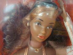Barbie superstar era: 2 different version of CHRISTIE GOLDEN DREAM, usa version with white glows, steffie face mold in AA variant, made in Taiwan, 1980 (nicolenicole) Tags: italy canada star golden italian europe european version dream barbie super canadian era africanamerican christie foreign superstar 80 1980 exclusive mattel aa 80er jewel steffie variant gioielli diamanti madeintaiwan differentversion goldendream barbiesuperstar superstarera pietradorata steffiefacemold christiesuperstar christiegoldendream christiedasogno goldenertraum revedor orangestonejewel