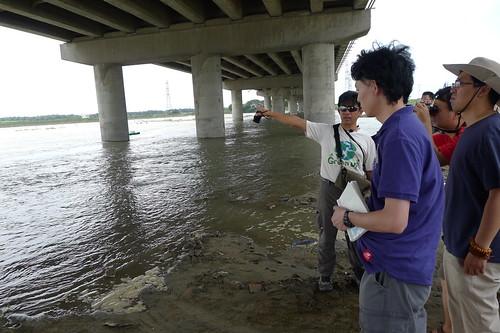 兩岸環境媒體在台南社大講師晁瑞光帶領下,在大肚溪口親眼見證有毒爐渣分佈狀況。