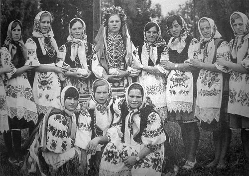 Village wedding. The bride with her friends, 1960.