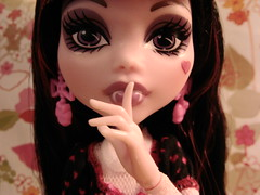 Q is for Quiet (Q. Q. Kachoo) Tags: toys dolls mattel maila ttt monsterhigh draculaura dayatthemaul orpdnatlqqkmfttatalsbfqarsforshort