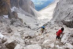 Salendo verso la forcella (Iguana Jo) Tags: italy mountain montagna dolomites dolomiti sdtirol altoadige forcella sassolungo forcellasassolungo