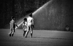 Spensieratezza..... (davide030579) Tags: italy nikon italia bambini pisa piazza toscana dei vr miracoli 55200 d3100