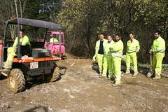 Grupo de personas en el monte Artamendi para ver el funcionamiento de las excavadoras