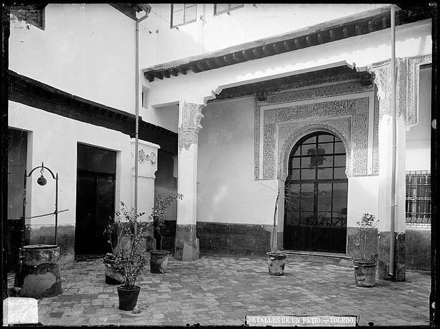 Patio de la casa del Arcedianato de Madrid en el siglo XIX. Fotografía de Casiano Alguacil. Ayuntamiento de Toledo