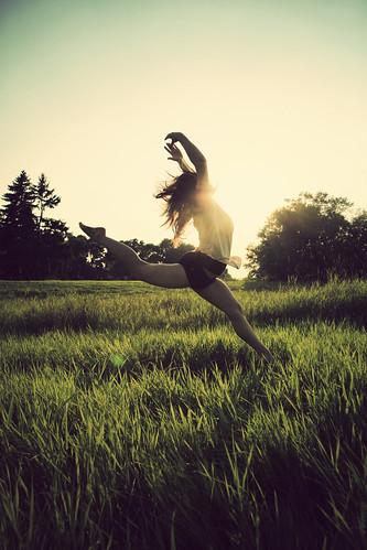 フリー写真素材, 人物, 女性, 人と風景, 草原, 踊る・ダンス, バレエ・バレリーナ,