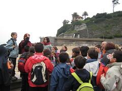 Estudiantes escuchando una explicación de la profesora
