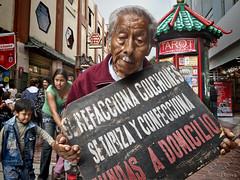 Hombre anuncio (Lima, Peru) (dleiva) Tags: peru san francisco iglesia anuncio domingo hombre ima leiva vendedora dleiva
