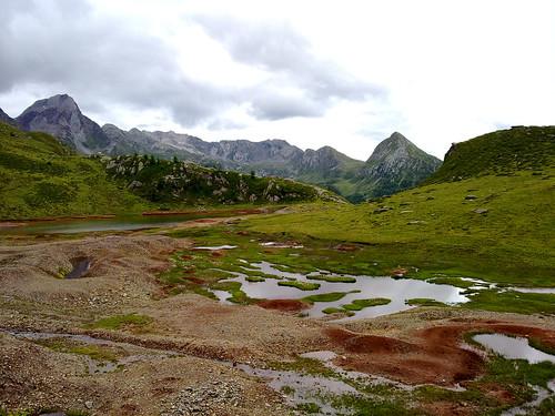 See mit erzhaltigem Gestein am Schneeberg