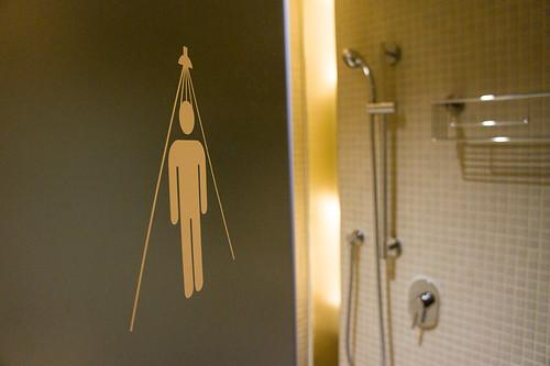 浴室也有標記的符號, 不會去錯 (喂)