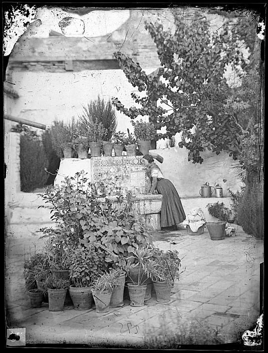 Patio toledano en el siglo XIX. Fotografía de Casiano Alguacil. Ayuntamiento de Toledo
