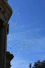 Des ballons  Madrid (Seb Masson) Tags: madrid couleurs ballons espagne immeuble