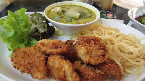 green curry & fried seafood with spagettie