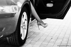 Y entonces lleg ella... (Tonymadrid Photography) Tags: mujer puerta chica coche tacones pierna tacn