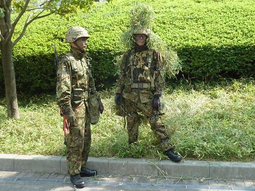 子ども霞ヶ関見学デー 防衛省 植木に隠れていた自衛隊員さん