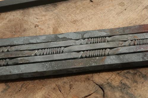 Um einen Muster auf die Schwertklinge zu bekommen, werden Stahlstäbe in einem Gittermuster verflochten und dann verschweißt. Schmiedearbeiten von Matthias Barkmann (Vikingr-Kontor) – Museumsfreifläche Wikinger Museum Haithabu WHH 04-09-2011