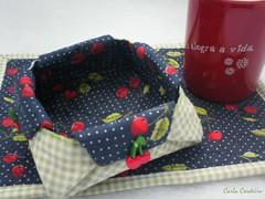 mug rug + cestinha origami (Carla Cordeiro) Tags: origami boto patchwork cozinha cereja caneca ch dobradura cestinha mugrug cantomitrado orinuno quiltinglivre