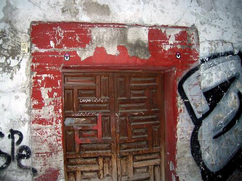 puerta con ojos