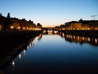 Firenze-Ponte Vecchio e l'Arno dopo il tramonto