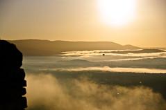 Vol au dessus de la mer de nuages... (F@bH) Tags: france ballon dirigeable nuage luberon gordes levdesoleil merdenuages