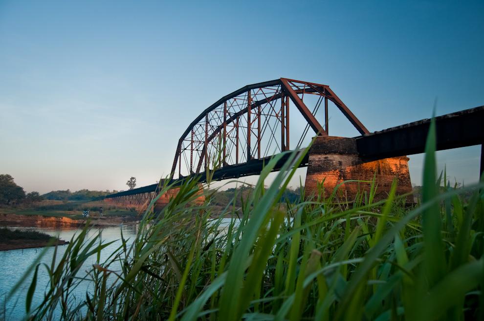 """El puente del ferrocarril sobre el Río Pirapó en el lugar conocido como """"Fierro Punta"""" en la compañía de Loma Pirapó, es un punto interesante a conocer. El puente fue construido en 1904 según la placa de la compañía constructora ubicada en la base del mismo. (Elton Núñez)"""