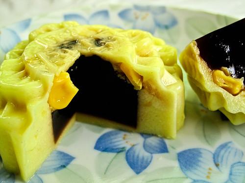 IMG_0148 Corn agar-agar with gula melaka filling , 粟米椰糖燕菜月饼