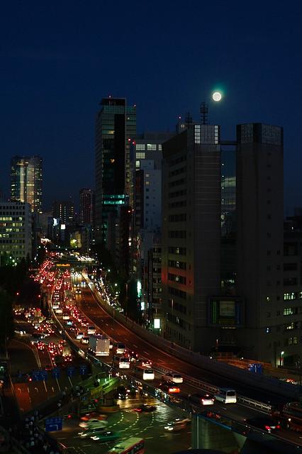 ビル上の満月