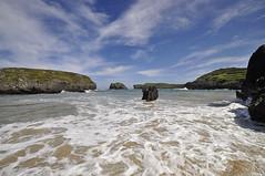 Con los pies en el agua (Al Sango) Tags: costa mar agua nikon cielos olas vacaciones playas rocas norte marinas cantbrico sango d5000 alsango asturias092011