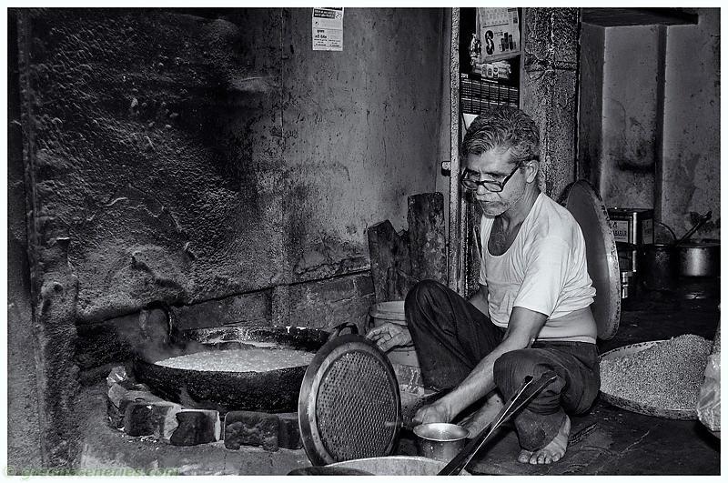 Snack vendor at Tripolia Bazar, Jaipur