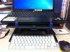 ノートPCスタンド使用中。
