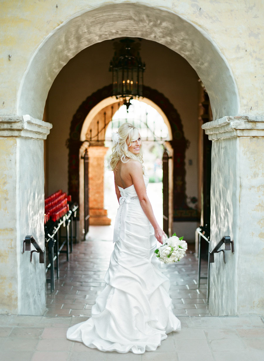 Liz-is-a-beautiful-bride-at-the-san-juan-mission