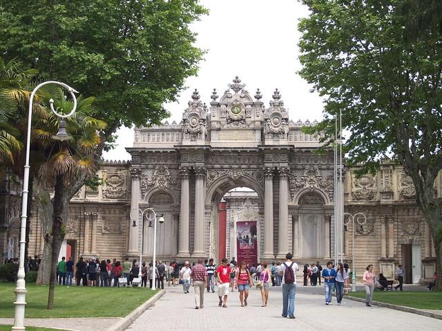 朵瑪巴切皇宮的前門