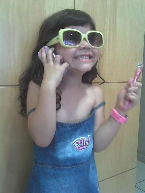 julia me imitando em dia de show celular e caneta na mao