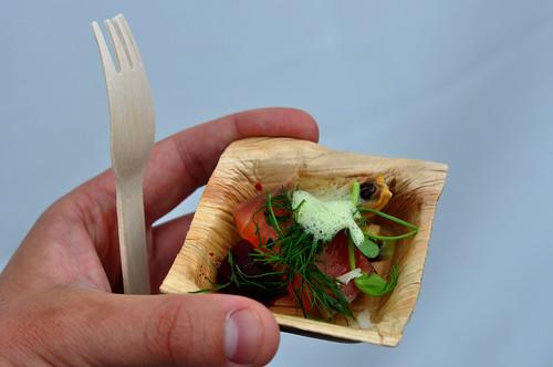 Rimmet laks med røget musling rødbeder, peberrod og ærter