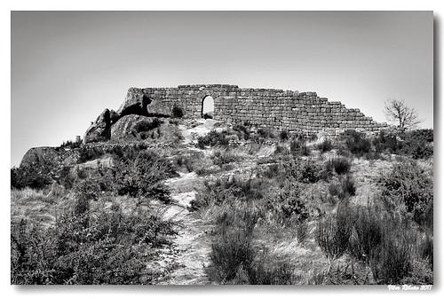 Ruínas do castelo de Castro Laboreiro (b/w) #2 by VRfoto