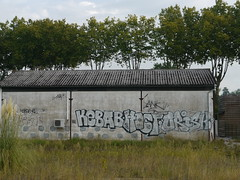 Peyrehorade, Landes: le long des rails près de la gare, KEBABHISTORISH (Marie-Hélène Cingal) Tags: france southwest graffiti tags graphs 40 landes sudouest aquitaine graphistes peyrehorade paysdorthe