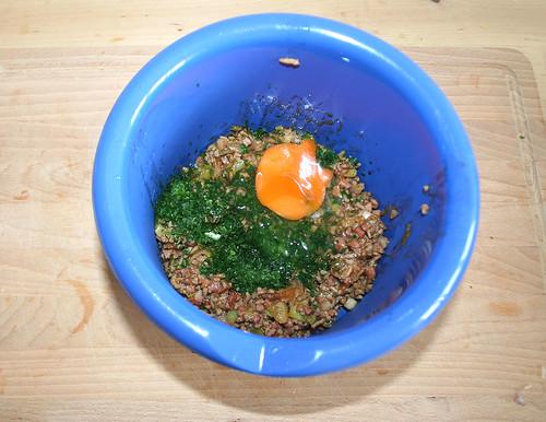 30 - Mit Petersilie und Ei vermengen